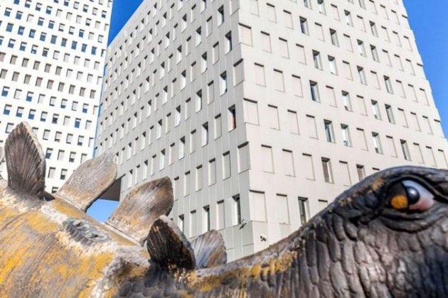 У Барселоні чоловік помер у статуї динозавра, виготовленої з пап'є-маше