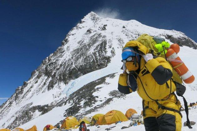 На Евересті у базовому таборі COVID-19 заразилися мінімум 100 альпіністів