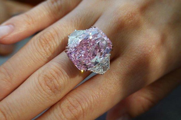 У Гонконзі продали рідкісний пурпурно-рожевий діамант за $29 млн