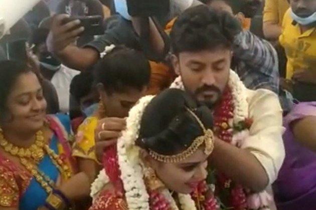 Індійська пара взяла шлюб у повітрі, щоб уникнути карантинних обмежень