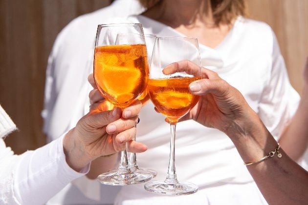 Вчені розповіли, звідки у людей з'явилась традиція посиденьок із спиртними напоями