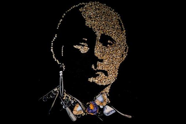 Російська художниця виклала портрет Путіна із 500 зубів після його заяви про Сибір