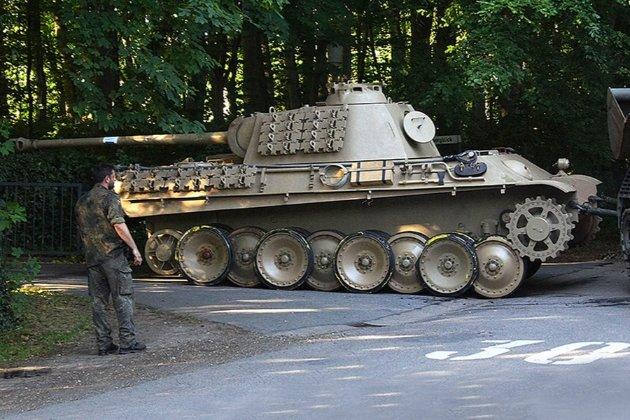 У Німеччині чоловік ховав удома нацистську зброю і танк
