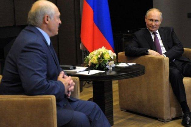 Лукашенко привіз Путіну валізу з документами, а той запропонував йому скупатись в морі (відео)