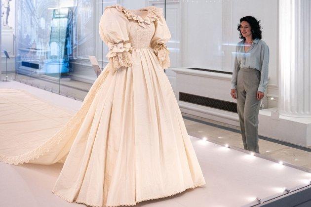 Легендарну весільну сукню принцеси Діани вперше за 25 років показують на виставці