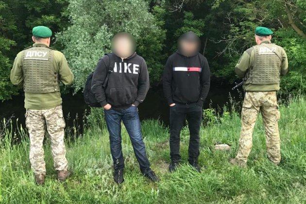 Двоє росіян незаконно припливли в Україну, щоб відпочити в Одесі (відео)