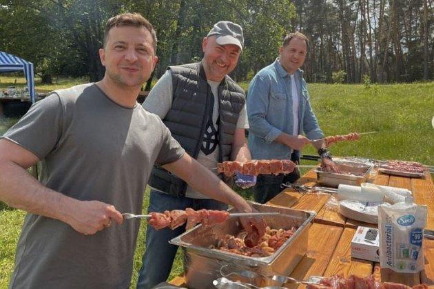 Зеленський з нагоди Дня журналіста нагодував медійників м'ясом (фото)