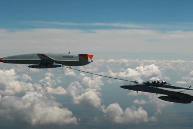 У США безпілотник вперше в історії заправив літак-винищувач просто у повітрі