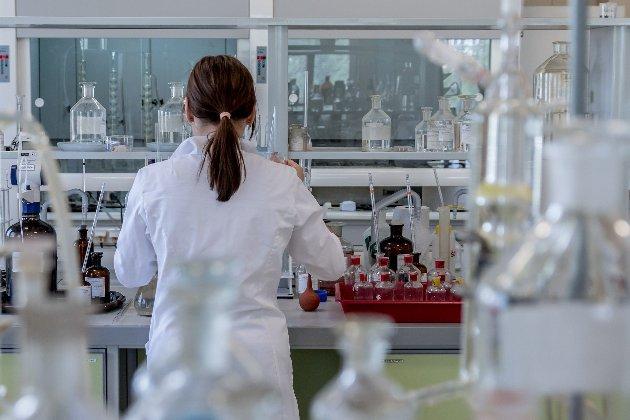 У звіті США визнали версію походження коронавірусу з лабораторії в Ухані правдоподібною — ЗМІ
