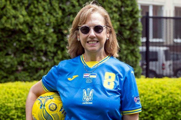 Дипломати посольства США зробили фото у формі збірної України, яку вимагає змінити УЄФА