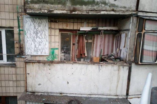 У Києві обвалився балкон із «городом», на якому господар вирощував полуницю (фото)