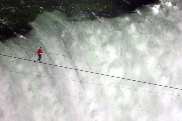Фотоісторія. В цей день у 2012 році акробат Нік Валленда пройшов по канату над Ніагарським водоспадом
