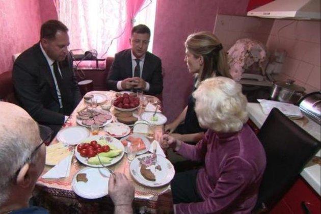 Зеленський пригостив телевізійників з США на кухні у своїх батьків