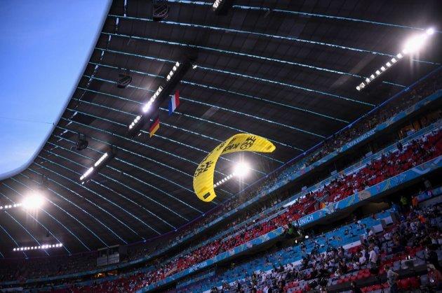 Через протест парашутиста під час матчу Євро-2020 травмувалося кілька людей