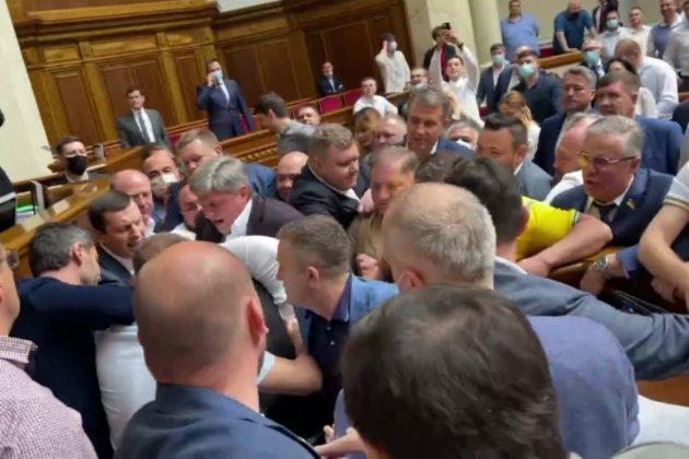 У Верховній Раді побилися депутати після слів «слуги народу» про розстріл ОПЗЖ
