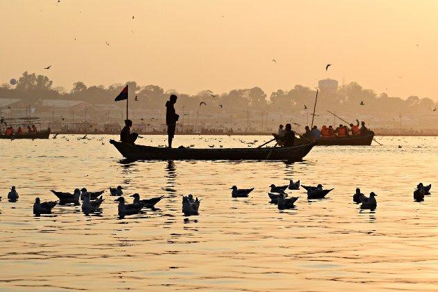 В Індії новонароджену дівчинку спустили річкою Ганг у коробці