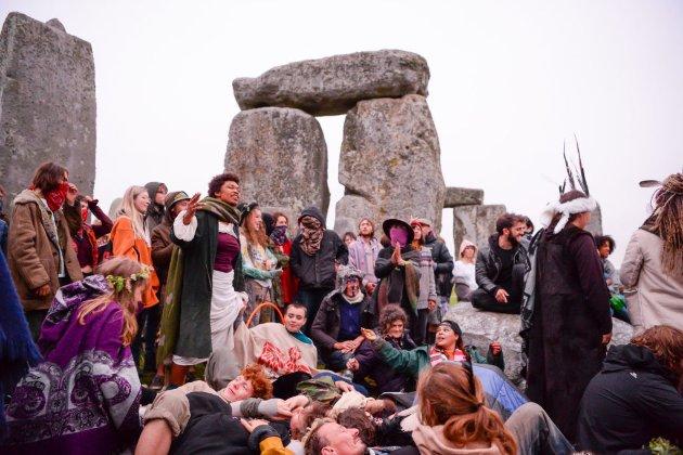 Сотні людей зібралися біля Стоунхенджу в день літнього сонцестояння, попри обмеження (фото)