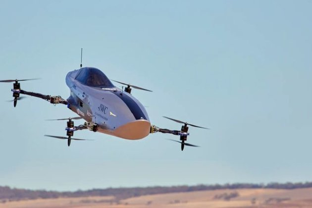 В Австралії успішно протестували перший літаючий гоночний електромобіль (відео)