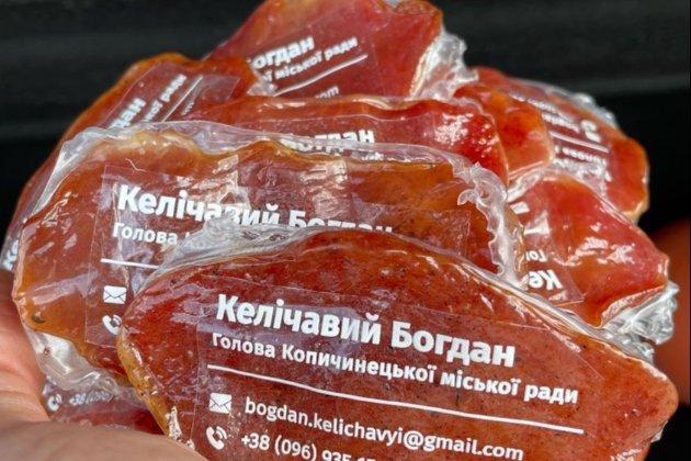 «Ковбасна столиця». Мер містечка на Тернопільщині роздає візитівки з в'яленого м'яса