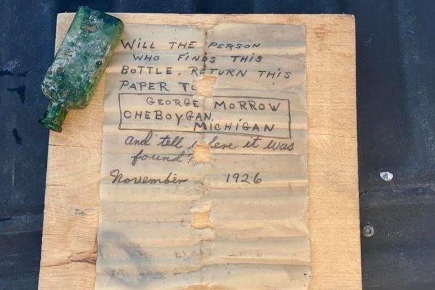 У США жінка знайшла в річці пляшку з посланням, якому майже 100 років