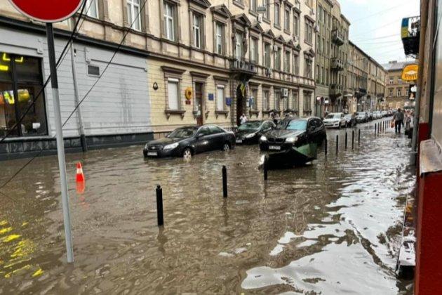 Затоплені вулиці, повалені дерева та зірвані дахи: Львовом пронеслась негода (фото)