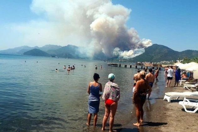 На курорті в Туреччині спалахнули лісові пожежі. Є загиблий (відео)