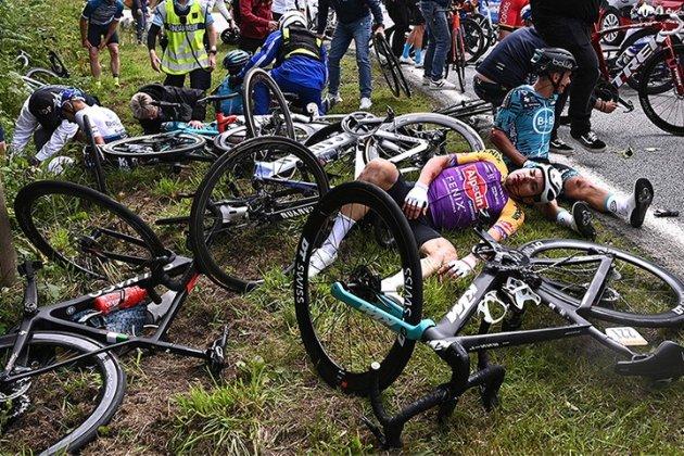 Фанатка спровокувала масове падіння велосипедистів на 1-му етапі «Тур де Франс» (відео)
