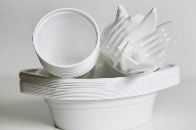 У ЄС від сьогодні забороняють продаж одноразових пластикових товарів