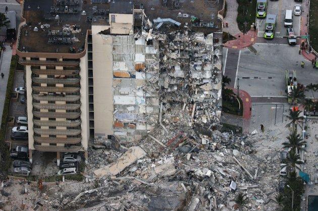 Рятувальники призупиняють пошукові роботи на завалах багатоповерхівки в Маямі. Будівлю вирішили знести