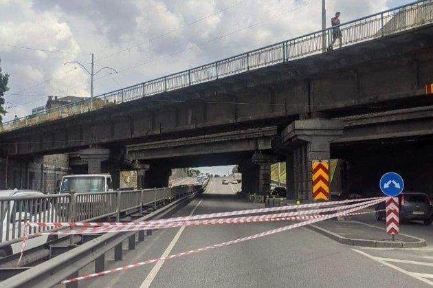 У Києві уламок Берестейського шляхопроводу впав на машину і пробив лобове скло (відео)