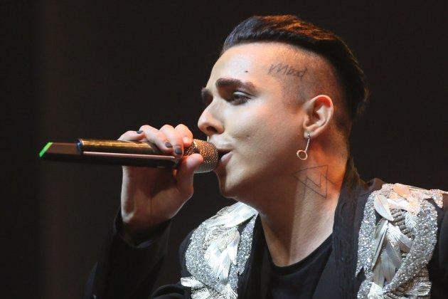 Співак Melovin здійснив камінг-аут на Atlas Weekend та заявив, що сцену вирізали з трансляції
