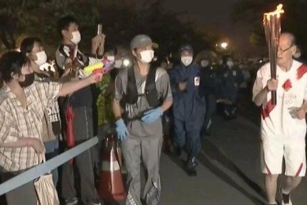В Японії заарештували жінку, яка намагалась загасити олімпійський вогонь з водяного пістолета