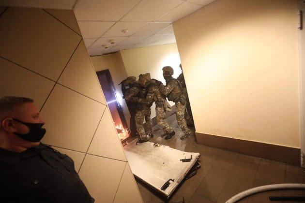 У Києві чоловік стріляв в поліцейських через квартиру, яку в нього відбирають (фото)