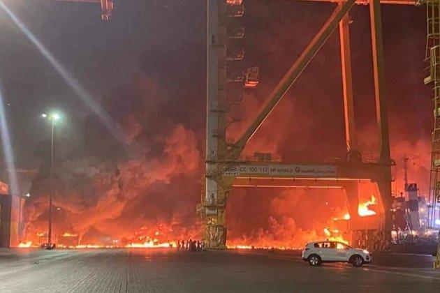 У порту Дубая стався потужний вибух з подальшою пожежею (відео)