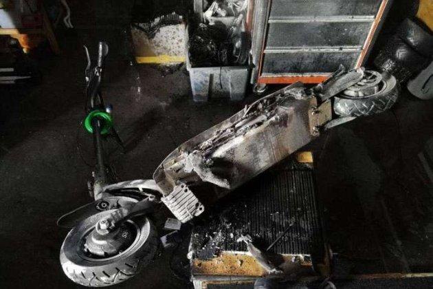 Стояв на зарядці та спалахнув. У київській квартирі згоріли одразу два електросамокати