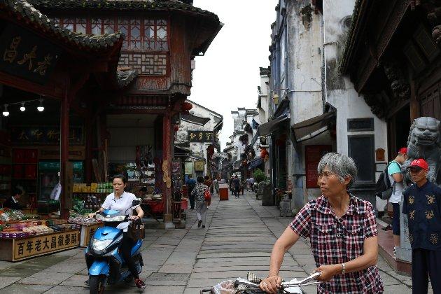 В окремих регіонах Китаю для людей без щеплень від COVID-19 введуть певні обмеження