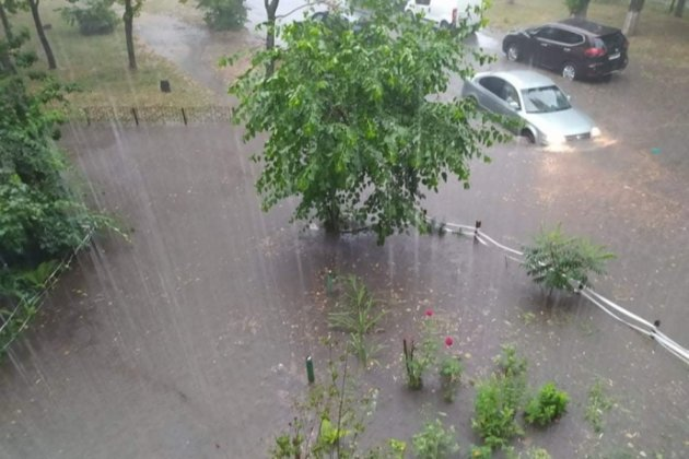 Після тривалої спеки Київ накрила потужна злива. Затоплено вулиці, переходи та метро