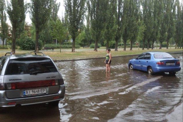У Києві комунальник поливав клумбу під час зливи (відео)