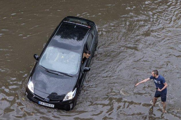 У столиці за пів години випала тижнева норма опадів. Однак це ще не рекорд — кліматолог