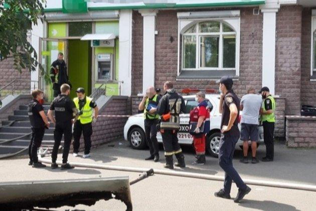 У Києві жінка із «коктейлем Молотова» та пістолетом зчинила напад на банк