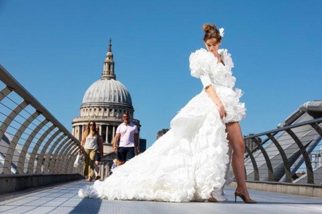 Ковідний тренд. Британський дизайнер створив весільну сукню з використаних захисних масок