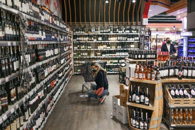 В супермаркетах України хочуть заборонити продаж алкоголю тасигарет