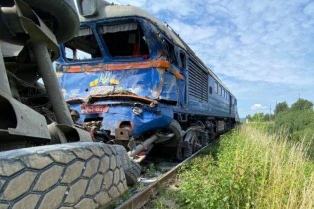 На Закарпатье пассажирский поезд столкнулся с грузовиком. Есть пострадавшие, пассажиров эвакуировали