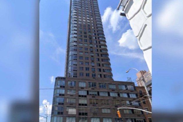 На Манхэттене женщина вместе с собакой прыгнула с крыши своего роскошного жилого комплекса