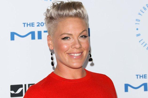 Певица Pink предложила выплатить штрафы спортсменок, которые не захотели соревноваться в бикини