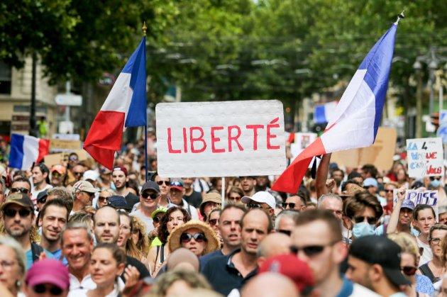 Во Франции приняли закон о COVID-пропусках несмотря на многотысячные протесты