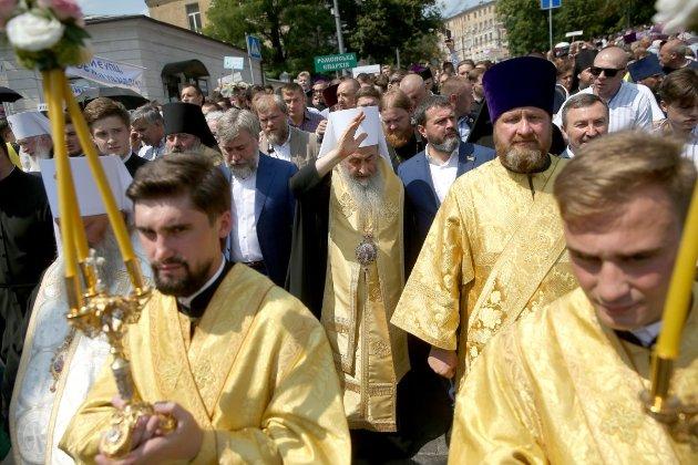 С Онуфрием и Новинским. В годовщину крещения Руси верующие УПЦ МП провели крестный ход в центре Киева (фото, видео)
