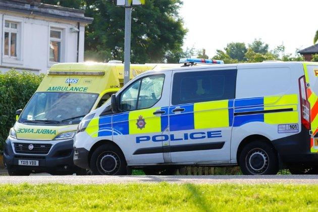 Британку на улице насмерть сбил автомобиль, пока она доставала маску