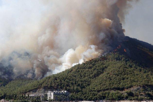 В турецком Мармарисе началась эвакуация туристов из-за лесного пожара (видео)