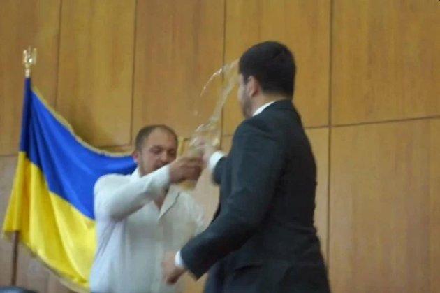 Мер Конотопа облив «слугу народа» Олександра Кучуру водою на сесії міськради
